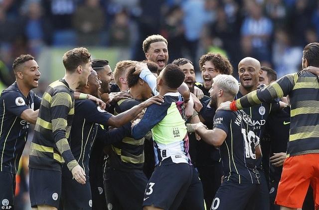 Man City hạnh phúc nhận cúp bạc vô địch Premier League - 1