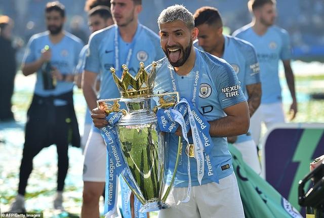 Man City hạnh phúc nhận cúp bạc vô địch Premier League - 12