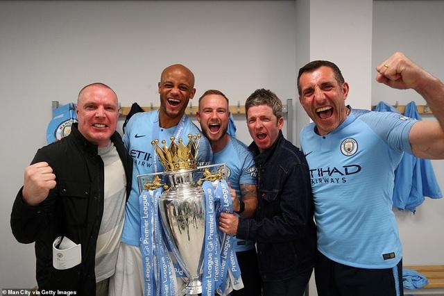 Man City đưa cúp vô địch về ăn mừng tại Etihad trong đêm - 12