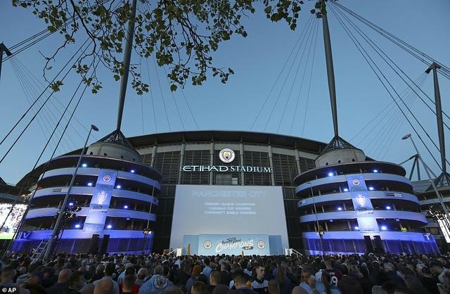 Man City đưa cúp vô địch về ăn mừng tại Etihad trong đêm - 1