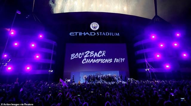 Man City đưa cúp vô địch về ăn mừng tại Etihad trong đêm - 4