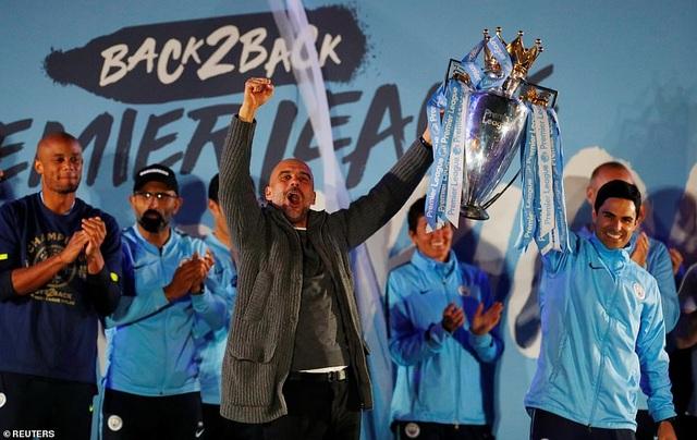 Man City đưa cúp vô địch về ăn mừng tại Etihad trong đêm - 5