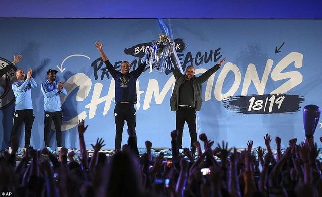 Man City đưa cúp vô địch về ăn mừng tại Etihad trong đêm - 7