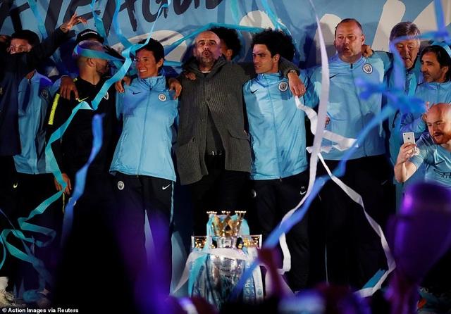 Man City đưa cúp vô địch về ăn mừng tại Etihad trong đêm - 9