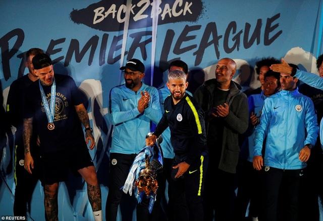 Man City đưa cúp vô địch về ăn mừng tại Etihad trong đêm - 10