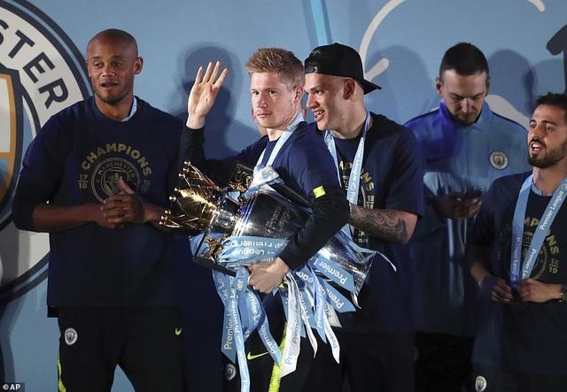Man City đưa cúp vô địch về ăn mừng tại Etihad trong đêm - 8