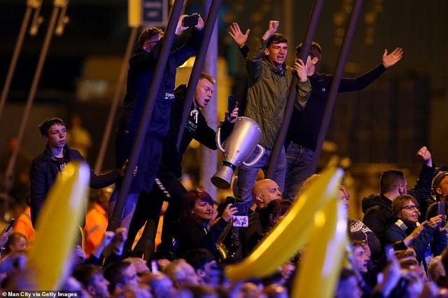 Man City đưa cúp vô địch về ăn mừng tại Etihad trong đêm - 11