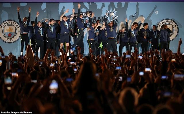 Man City đưa cúp vô địch về ăn mừng tại Etihad trong đêm - 3