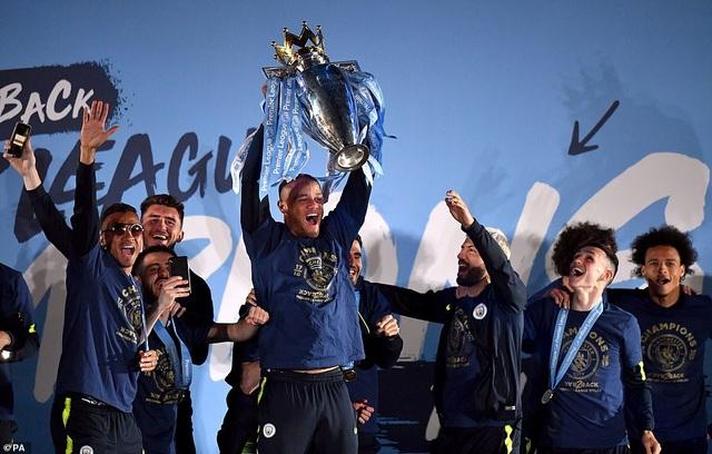 Man City đưa cúp vô địch về ăn mừng tại Etihad trong đêm - 2