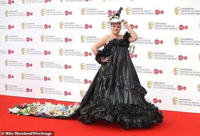 Diễn viên hài Daisy May Cooper mặc váy làm từ... túi đựng rác - 4