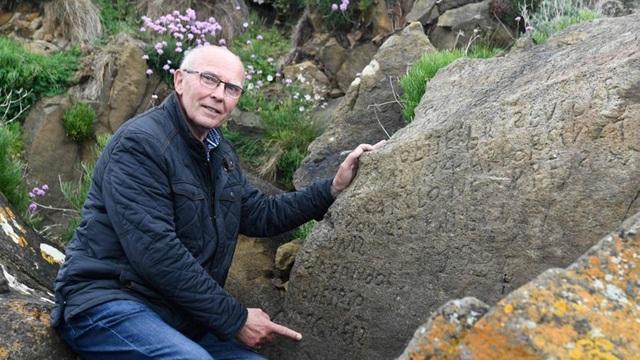Thưởng 52 triệu đồng cho người giải được mật mã trên phiến đá cổ - 2