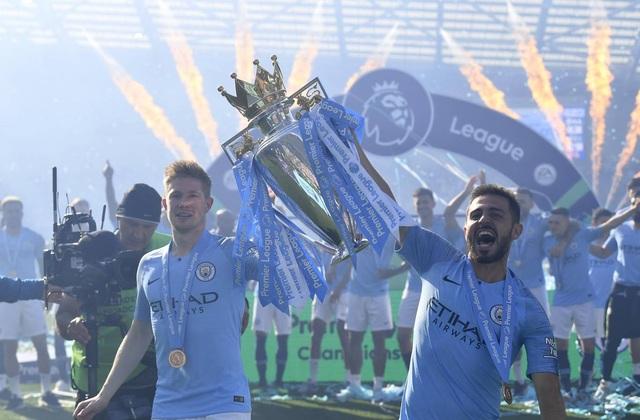 Man City hạnh phúc nhận cúp bạc vô địch Premier League - 10