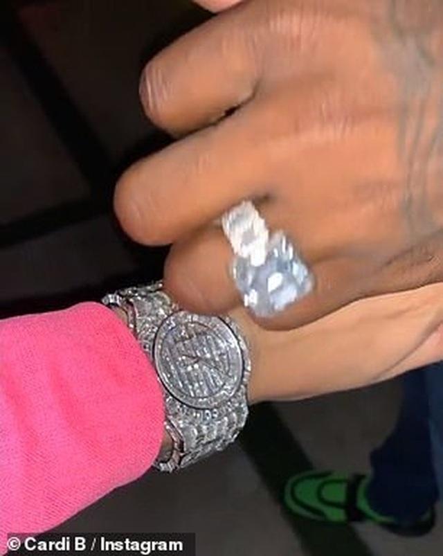 Cardi B được chồng tặng đồng hồ kim cương và 2 túi Hermes nhân ngày của mẹ - 3