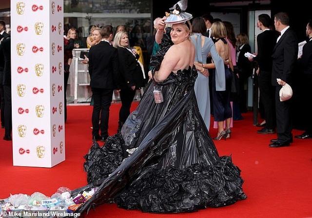 Diễn viên hài Daisy May Cooper mặc váy làm từ... túi đựng rác - 3