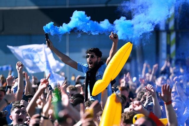 Man City hạnh phúc nhận cúp bạc vô địch Premier League - 4