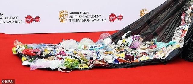 Diễn viên hài Daisy May Cooper mặc váy làm từ... túi đựng rác - 5