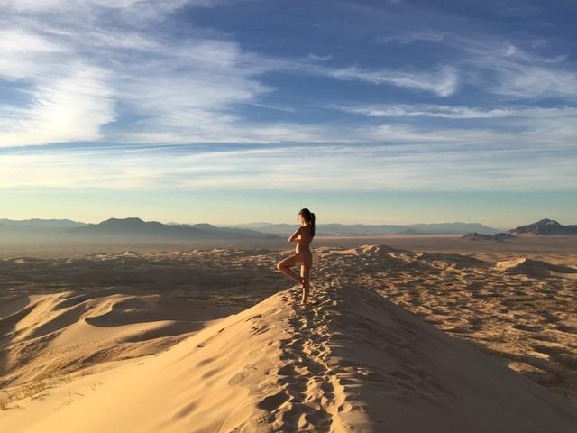 Nữ phượt thủ chia sẻ thú vui chụp hình khỏa thân khi du lịch - 6
