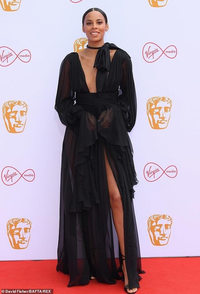 Diễn viên hài Daisy May Cooper mặc váy làm từ... túi đựng rác - 6