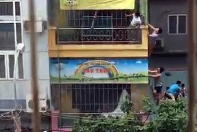 Hà Nội: Bắc thang giải cứu nhiều cháu nhỏ khỏi đám cháy trường mầm non - 1