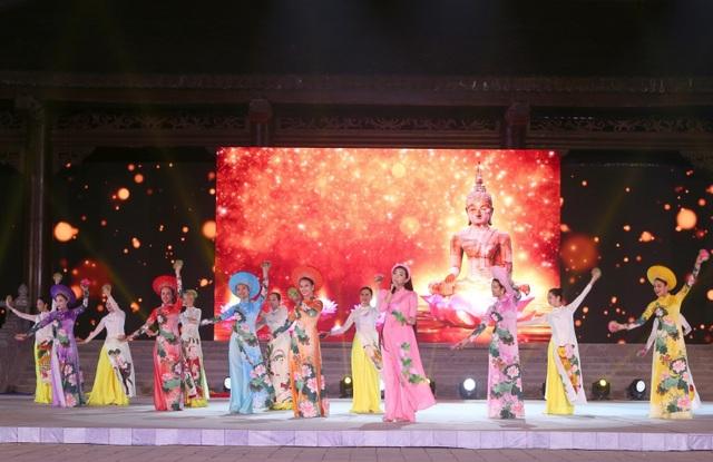 MC Hạnh Phúc cùng 100 nghệ sĩ quốc tế trình diễn trước hàng vạn khán giả - 4