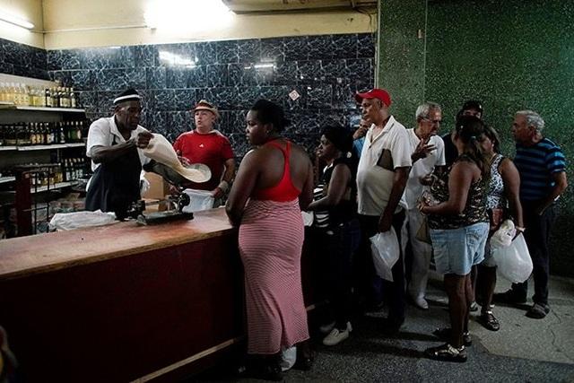 Khủng hoảng kinh tế trầm trọng, người dân Cuba bị giới hạn mua nhu yếu phẩm - 1