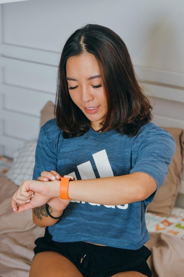 """Hana Giang Anh """"biến hóa khôn lường"""" với đồng hồ Galaxy Watch Active - 1"""