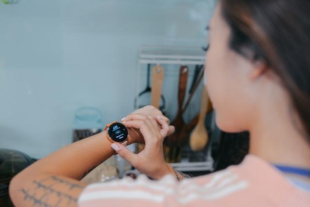 """Hana Giang Anh """"biến hóa khôn lường"""" với đồng hồ Galaxy Watch Active - 2"""