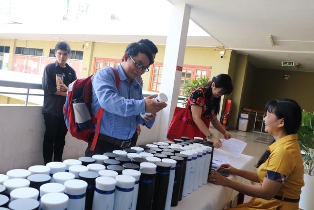 TPHCM: Hơn 1.000 sinh viên được tặng bình nước tái sử dụng nhiều lần - 3