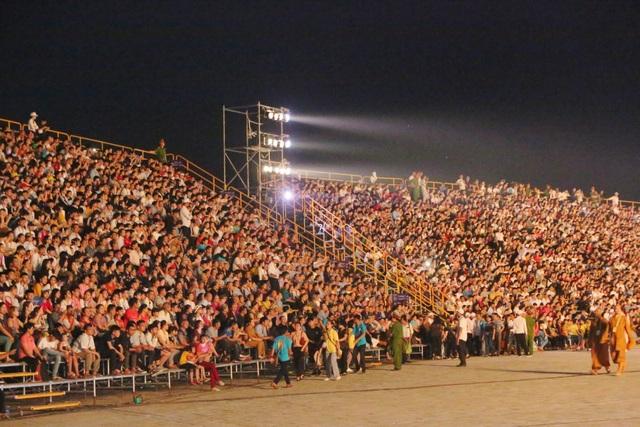 MC Hạnh Phúc cùng 100 nghệ sĩ quốc tế trình diễn trước hàng vạn khán giả - 5