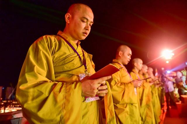 Lễ hội hoa đăng cầu nguyện hòa bình thế giới tại chùa Tam Chúc - 16
