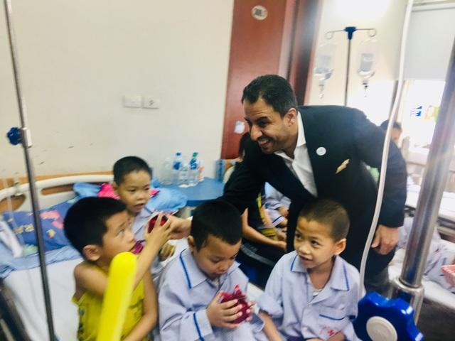Đại sứ UAE tặng quà cho các bệnh nhân tan máu bẩm sinh Việt Nam - 1