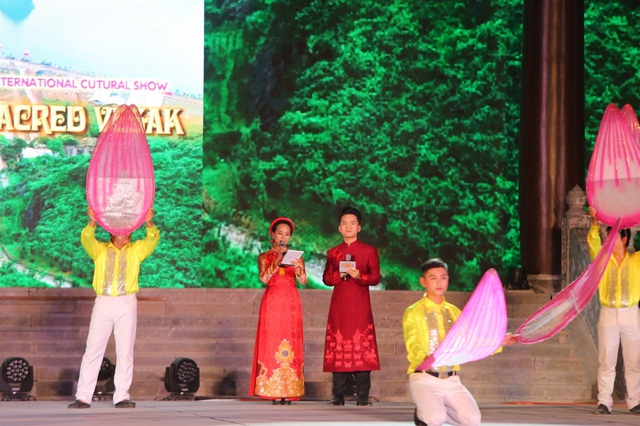 MC Hạnh Phúc cùng 100 nghệ sĩ quốc tế trình diễn trước hàng vạn khán giả - 1