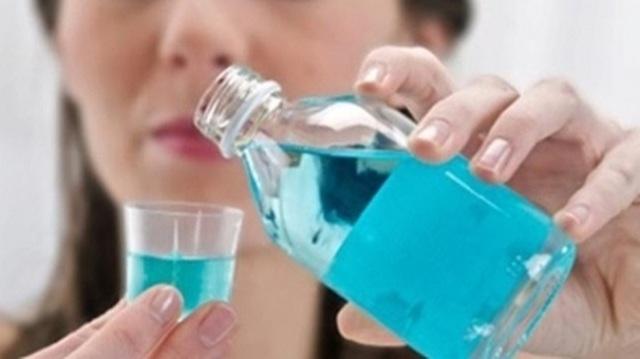 Có nên dùng nước súc miệng thay thế kem đánh răng? - 1