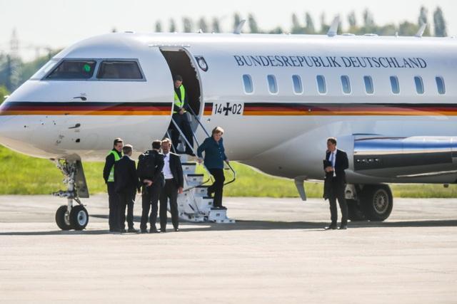 Chuyên cơ của Thủ tướng Đức Merkel va chạm với xe ô tô tại sân bay - 2