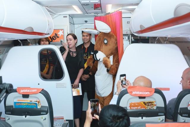 """Đại sứ và Tổng lãnh sự Úc mang """"đặc sản"""" nước mình đến hành khách Jetstar - 1"""
