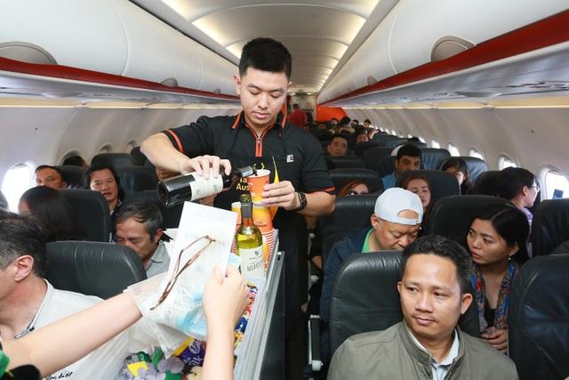 """Đại sứ và Tổng lãnh sự Úc mang """"đặc sản"""" nước mình đến hành khách Jetstar - 2"""