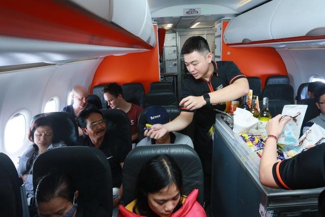 """Đại sứ và Tổng lãnh sự Úc mang """"đặc sản"""" nước mình đến hành khách Jetstar - 3"""