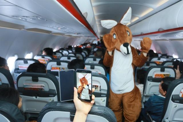 """Đại sứ và Tổng lãnh sự Úc mang """"đặc sản"""" nước mình đến hành khách Jetstar - 4"""