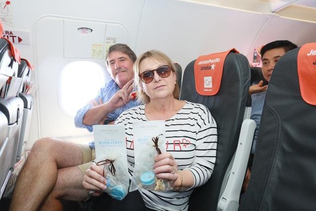 """Đại sứ và Tổng lãnh sự Úc mang """"đặc sản"""" nước mình đến hành khách Jetstar - 7"""