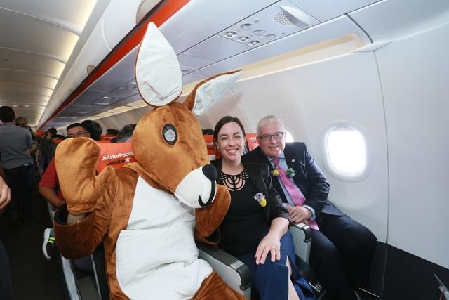 """Đại sứ và Tổng lãnh sự Úc mang """"đặc sản"""" nước mình đến hành khách Jetstar - 10"""