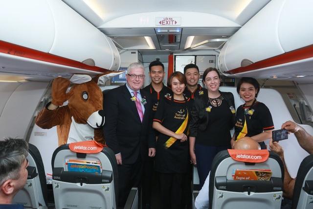 """Đại sứ và Tổng lãnh sự Úc mang """"đặc sản"""" nước mình đến hành khách Jetstar - 11"""