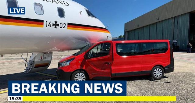 Chuyên cơ của Thủ tướng Đức Merkel va chạm với xe ô tô tại sân bay - 1