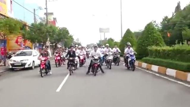 Xác minh nhóm thanh niên đầu trần bốc đầu xe máy trên đường - 2