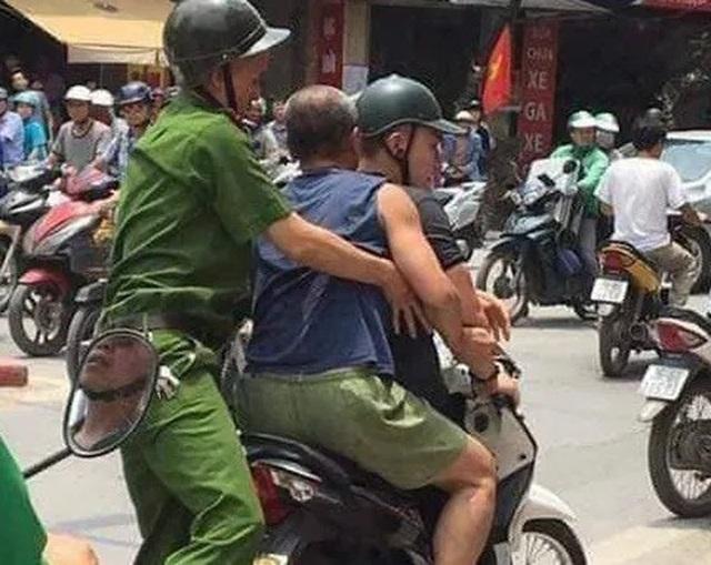 Hà Nội: Người đàn ông đập chai bia làm vũ khí đâm công an - 1