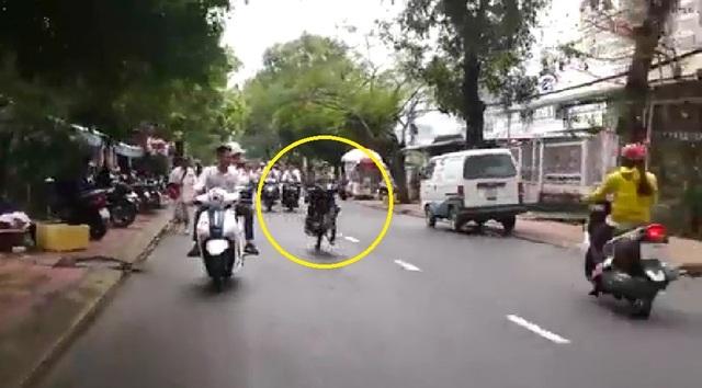 Xác minh nhóm thanh niên đầu trần bốc đầu xe máy trên đường - 4