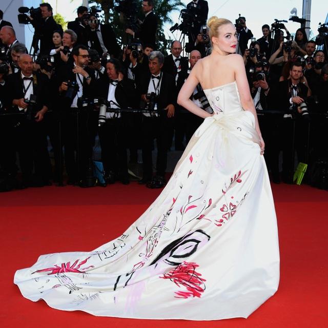 """Tài sắc của """"nàng thơ"""" 21 tuổi được ví như """"nữ thần sắc đẹp"""" ở Cannes - 10"""