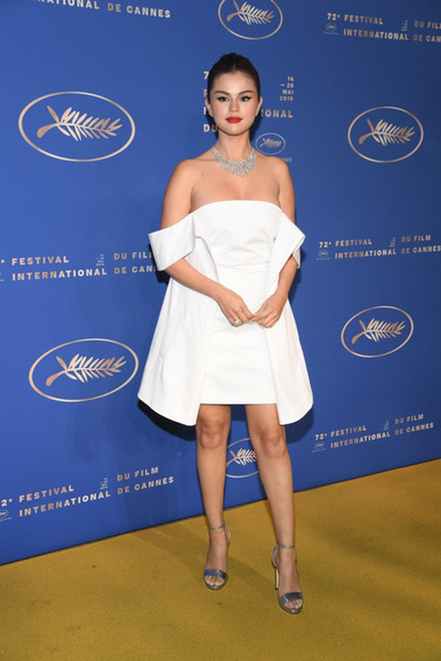 Selena Gomez khoe ngực nảy nở tại LHP Cannes - 11
