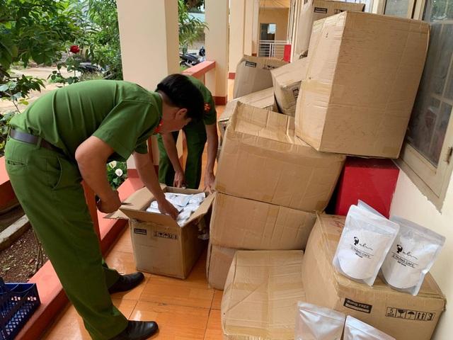 Phát hiện xe vận chuyển trên 2.000 gói mỹ phẩm trắng da không rõ nguồn gốc - 1