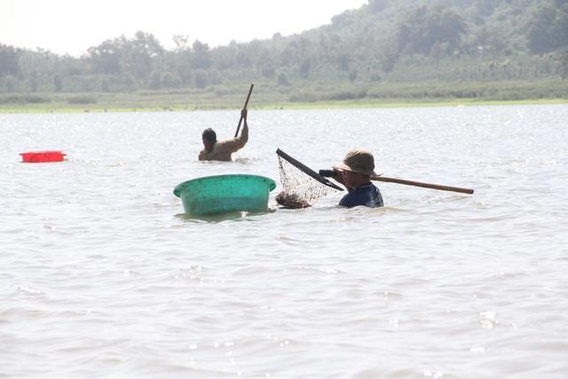 Đổ xô đi đãi hến mùa nước cạn ở hồ Ea Kao - 3