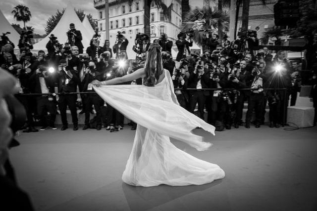 Alessandra Ambrosio trẻ đẹp và quyến rũ trên thảm đỏ Cannes - 11